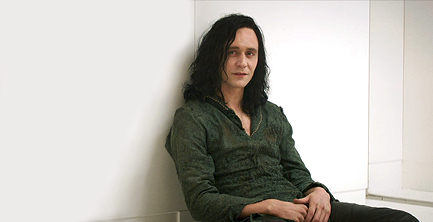 Tommy Hiddleston es muy fans de Tommy Wiseau. En Vengadores actuó como él. Sólo faltaba el último tesoro asgardiano, el Pelucón de Rizo Infinito, para que la transformación fuera completa